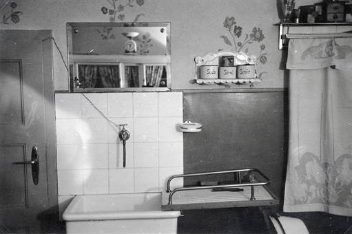 Ein Badezimmer Am Anfang Der Fünfziger Jahre. (1950)