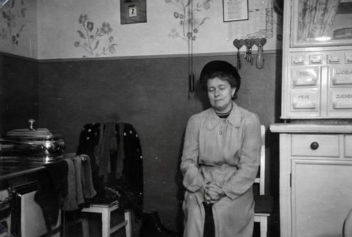 Frau sitzt in der Küche