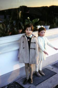 Kinder auf Gehweg
