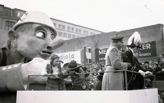 Kinder auf Karnevalswagen