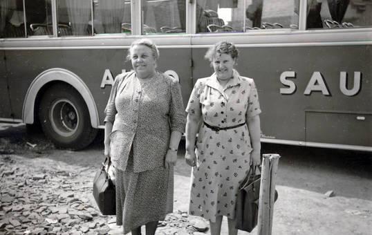 Zwei Frauen vor einem Bus