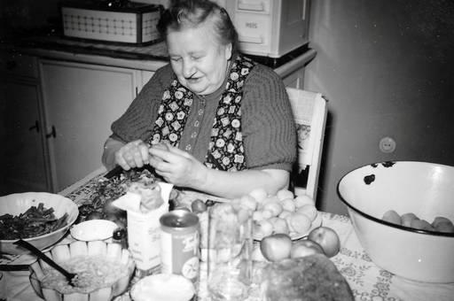 Frau am Küchentisch
