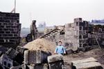 Kleines Kind auf Baustelle