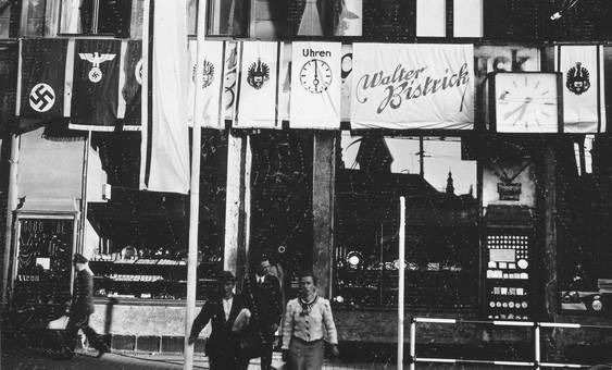 Ladenfront mit Flaggen