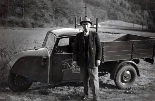 Mann vor Lieferwagen