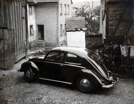 Auto auf dem Hof