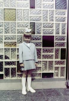 Kind vor Glasbausteinen