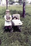 Kind bei Kinderwagen mit Puppe