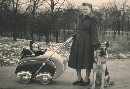 Spaziergang mit Kind und Hund