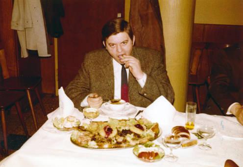 Ein Mann isst