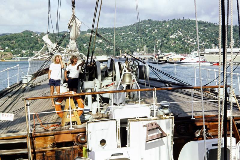 anlehnen, ausflug, boot, crew, freizeit, grenada, grenadinen, grenadines, holz, insel, inselkette, Karibik, Karibisches Meer, kurze hose, rettungsring, Schild, Segelboot, segeln, Segelschiff, Sommer, Spaß, st vincent, the grenadines, urlaub