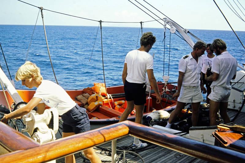 ausflug, boot, freizeit, grenada, grenadinen, grenadines, insel, inselkette, Karibik, Karibisches Meer, kurze hose, Rettungsboot, rettungsjacke, schifssseil, Segelboot, segeln, Segelschiff, Sommer, Spaß, st vincent, the grenadines, Uniform, urlaub