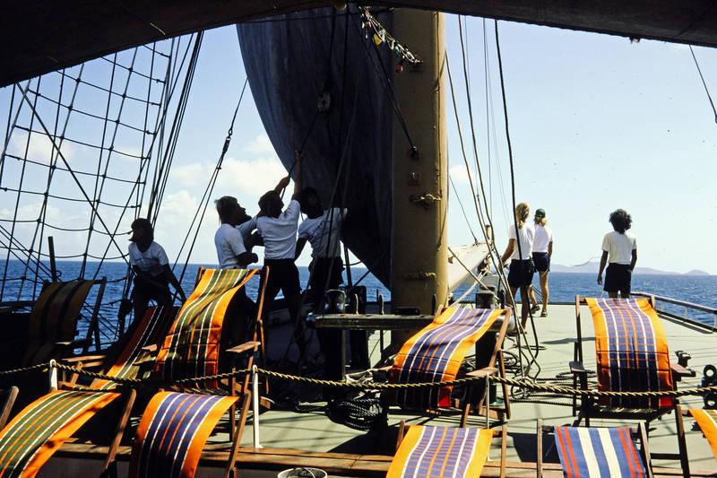 ausflug, boot, crew, freizeit, grenada, grenadinen, grenadines, insel, inselkette, Karibik, Karibisches Meer, kurze hose, Liegestuhl, segel, Segelboot, segeln, Segelschiff, Sommer, Sonnenliege, Spaß, st vincent, TEam, teamwork, the grenadines, urlaub
