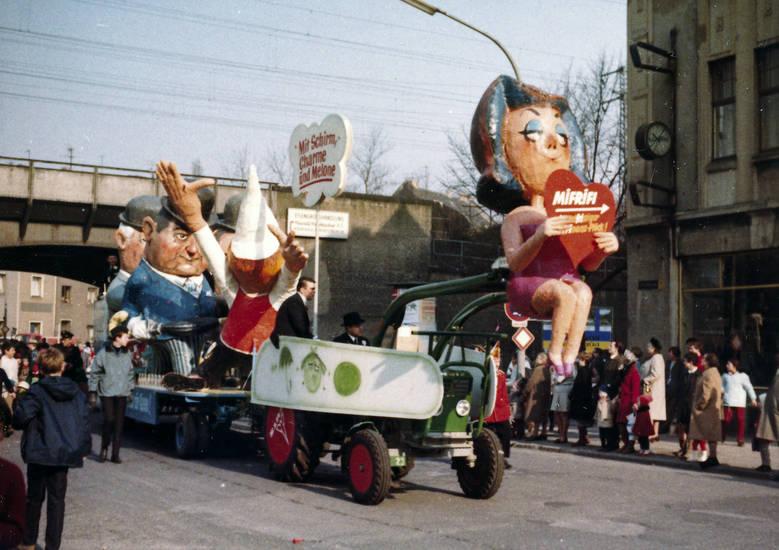 Charme, Karnevalswagen, Karnevalszug, melone, Mit Schirm Charme und Melone, schirm, straße, wagen, zug
