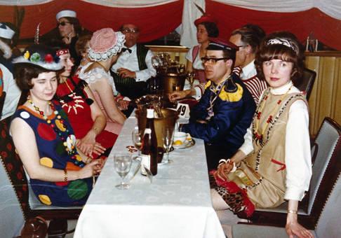 Am Tisch an Karneval