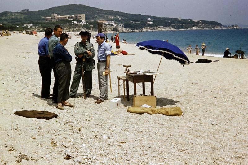 ausflug, familienurlaub, fisch, freizeit, reise, sand, sandstrand, Sonnenschirm, tisch, Uniform, urlaub, Waage, Waffe