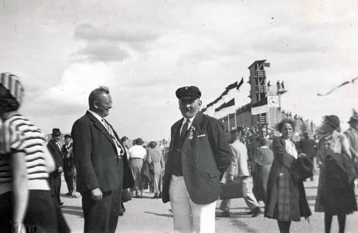 Zwei Männer in Menschenmenge