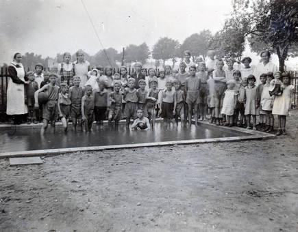Kindergruppe im Pool