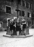 Drei Personen an einem Brunnen