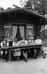 Gruppe vor Hütte