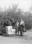 Mann und Frau mit Kinderwagen
