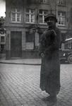 Frau an einer Straße in Wesel