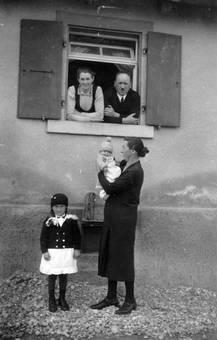 Familie am Fenster
