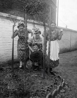 Frauen mit Kind vor Mauer