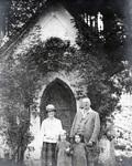 Vor der Kirche