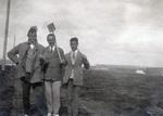 Drei Männer mit Schaufeln