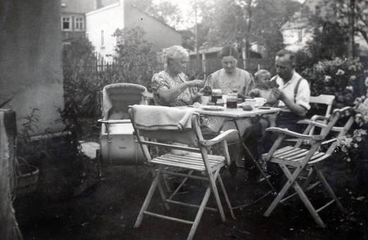 Am Tisch im Garten