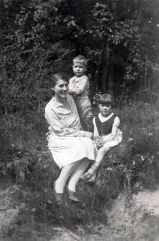 Frau mit Kindern im Wald