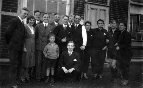 Gruppe vor einem Haus