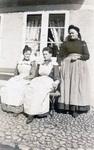 Drei Frauen vor dem Fenster