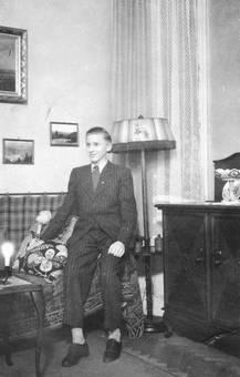 Jugendlicher auf dem Sofa