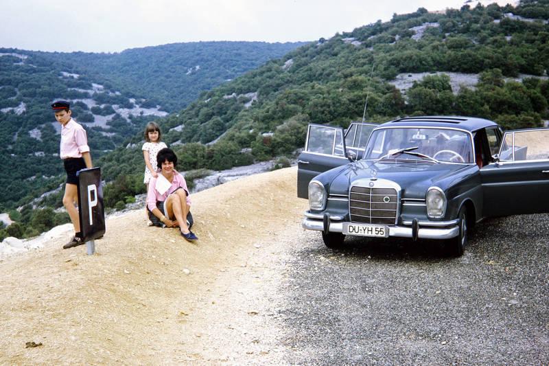 Ardèche, auto, familie, KFZ, lederhose, mercedes-heckflosse, mode, PKW, Prinz-Heinrich-Mütze, Rast, Urlaubsreise