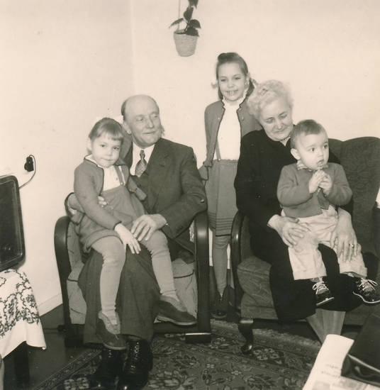 Besuch, Enkelkind, Großeltern, Großmutter, Großvater, Kindheit, wohnzimmer