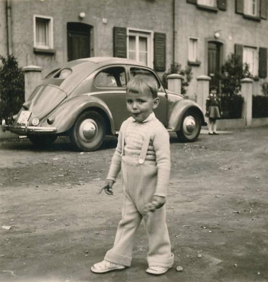 auto, haus, hose, käfer, KFZ, Kindheit, mode, PKW, Reihenhaus, schlaghose, straße, VW Käfer