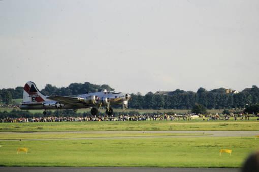 Boeing B-17 im Landeanflug