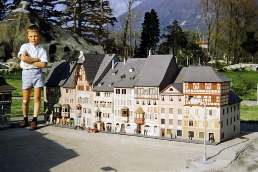 Riese im Dorf