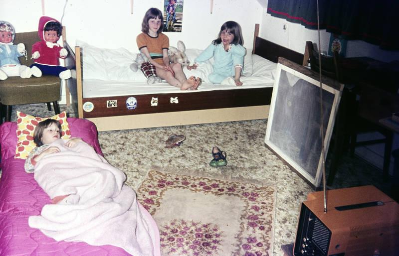 bett, einrichtung, Fernseher, Kinderzimmer, puppe, pyjamaparty, Schlafzimmer, sessel, Spielzeug, Teppich, tragbarer fernseher, tv