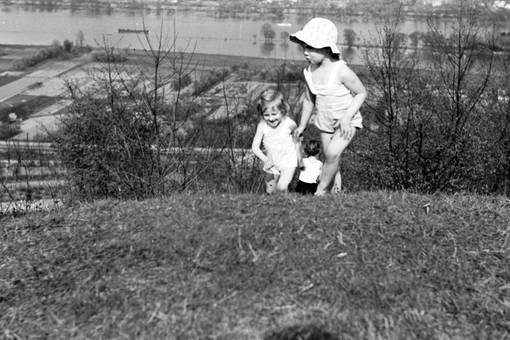 Zwei Kinder auf dem Hügel