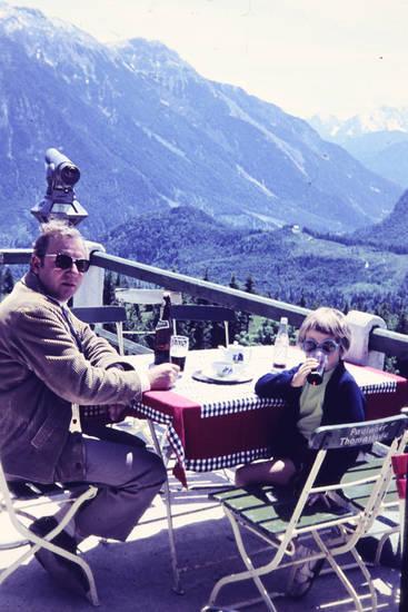 Alpen, außengastronomie, Bier, bierflasche, Fernglas, fernrohr, restaurant, sonnenbrille, urlaub, Urlaubsreise