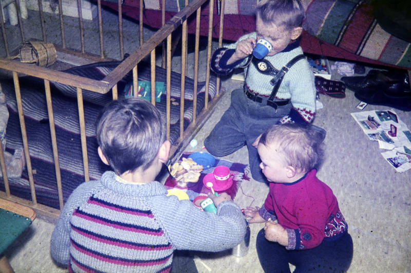 Kekse, Kinderzimmer, Kindheit, Laufstall, lederhose, Plätzchen, spielen, Spielzeug, teeparty, teeservice, trinken