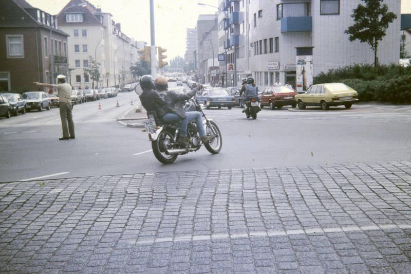 Ampel, Apotheke, ascona-b, auto, Helm, KFZ, Motorrad, PKW, Polizist, rocker, verkehr, verkehrspolizist, VW-Passat