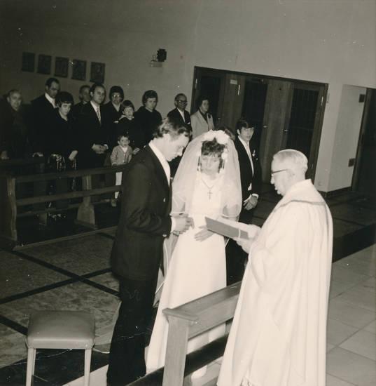 Braut, Bräutigam, brautkleid, Hochzeit, kirche, Kreuz, pastor, schleiher