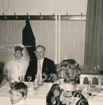 Braut am Tisch