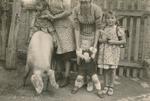 Drei Kinder und ein Schwein