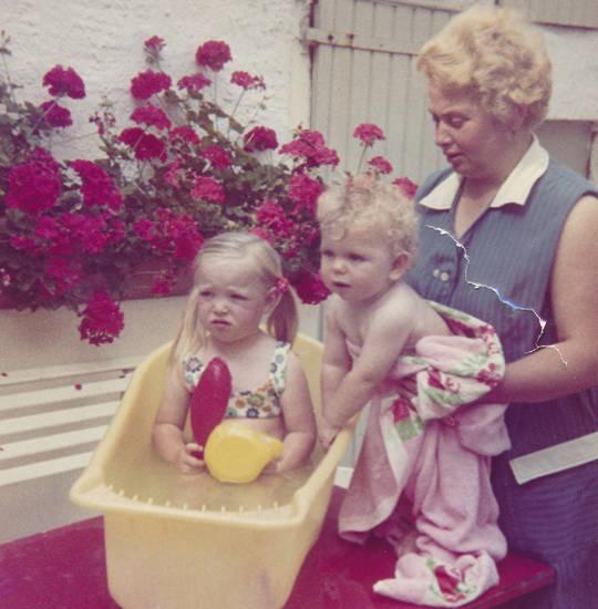 badeanzug, badewanne, Geranien, Kindheit, Kittel