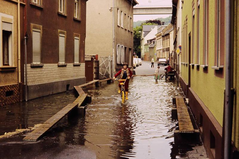 bmx, fahrrad, gelb, Gummistiefel, Hochwasser, Kindheit, lahnstein, Steg